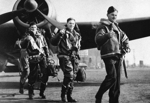 Пилоты ВВС США в зимних летных бомберах В-3