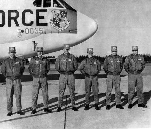 Пилоты ВВС США в зимних летных куртках бомберах L-2b и MA-1