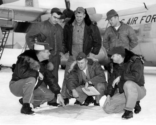 Пилоты ВВС США в зимних летных куртках парках N-2b, N-3b; бомберах L-2b, MA-1